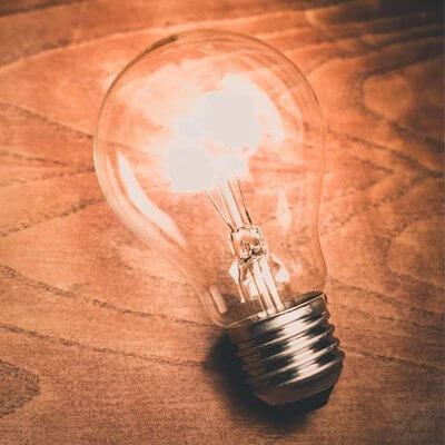 Eine Unangeschlossene Leuchtende Glühbirne auf Holz