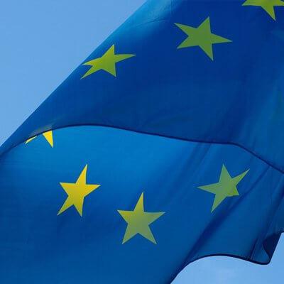 Eine nahaufnahme einer Europaflagge die im Wind weht