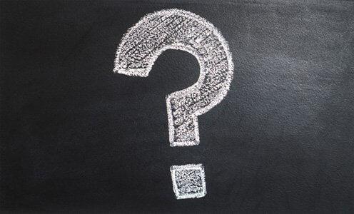 Ein Fragezeichen auf einer Tafel aus Kreide