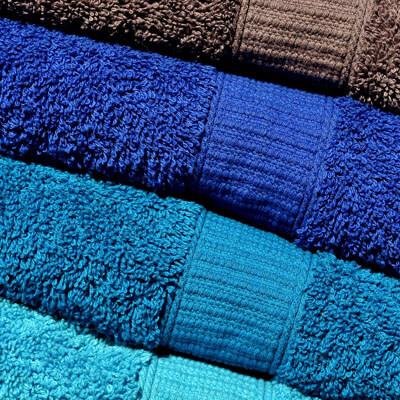 Vier verschieden farbige Handtücher übereinander